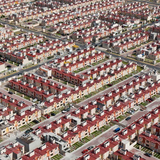 Alta Densidad, es un proyecto de Jorge Taboada que captura el 'orden estético' de las viviendas de bajo costo que en realidad muestra el hacinamiento social