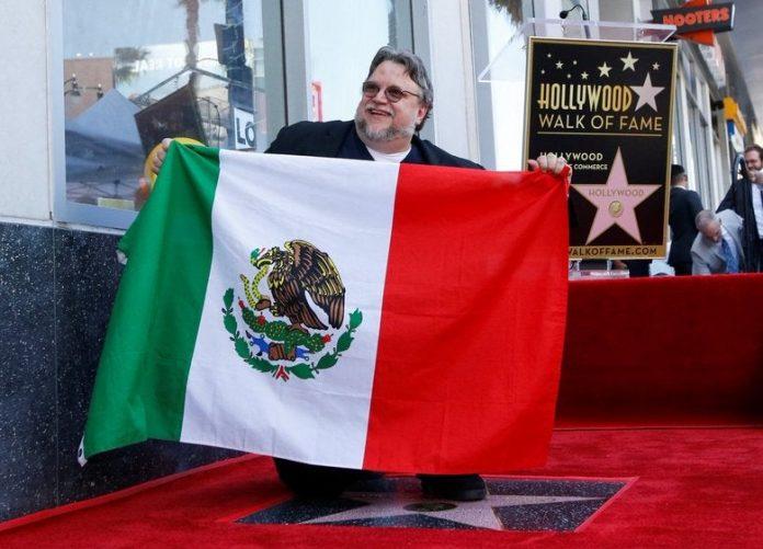 Guillermo del Toro recibió su estrella en el Paseo de la Fama de Hollywood y al arrodillarse frente a este símbolo,extendió una bandera de México.