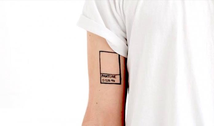 Si creías que el tatuaje para diseñador perfecto no existía, ésta idea te encantará puesto que es muy representantiva del diseño y combina tu identidad.