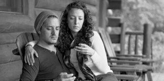 Eric Pickersgill retrató a personas sin celulares pero conservando su pose de lectura, lo que las hace ver completamente desconectadas de su entorno.