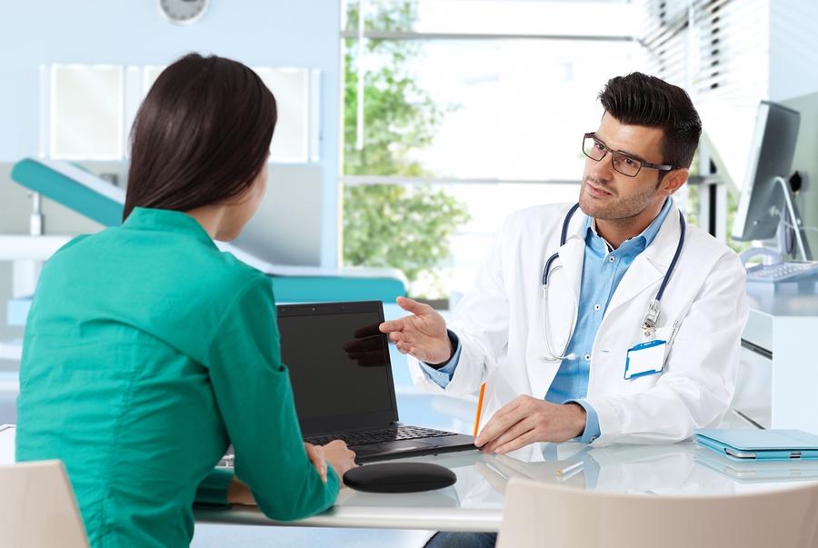 Etiqueta-Uso-Computadora-Consultorio-Medico-Paciente