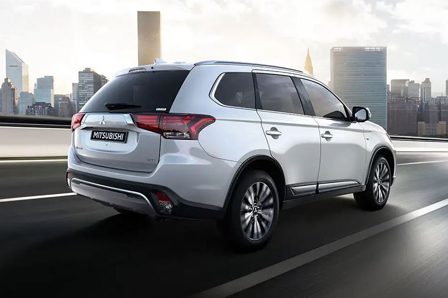 2020 Mitsubishi Outlander on the Road