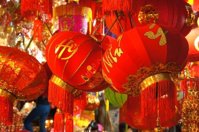 Các gia đình người Hoa và người vùng quê thường rất thích dùng đèn lồng để trang trí sân vườn vào dịp Tết.