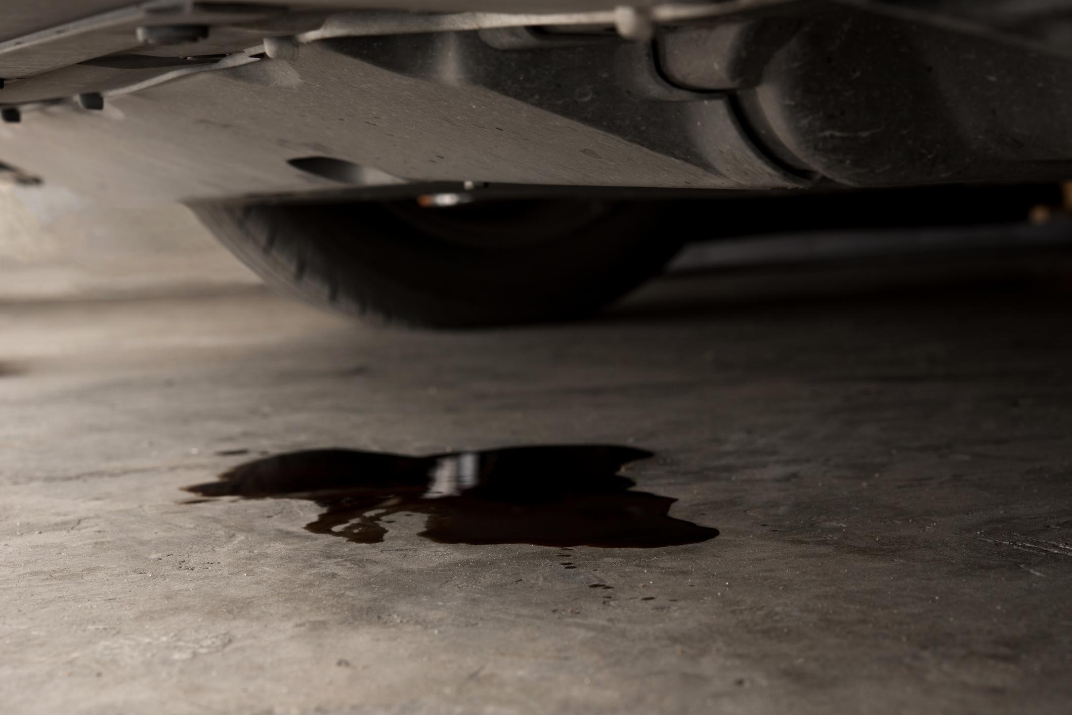 Fuites d'huile sur ma voiture : causes et solutions