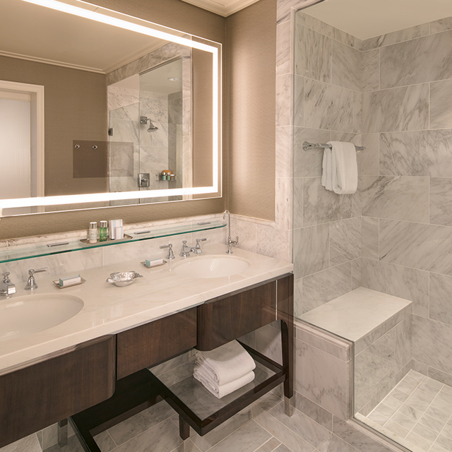 Atlantic Junior Suite with Oceanfront View Bathroom