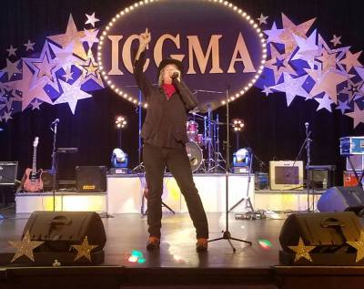 Chris Goldn entertaining the crowd at the ICGMA Awards in West Plains, MO