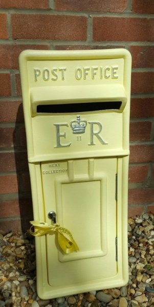 #pastelyellowpostbox #erpostbox #weddinghire #postboxhire #weddingpostbox #lemonpostbox #lemonwedding
