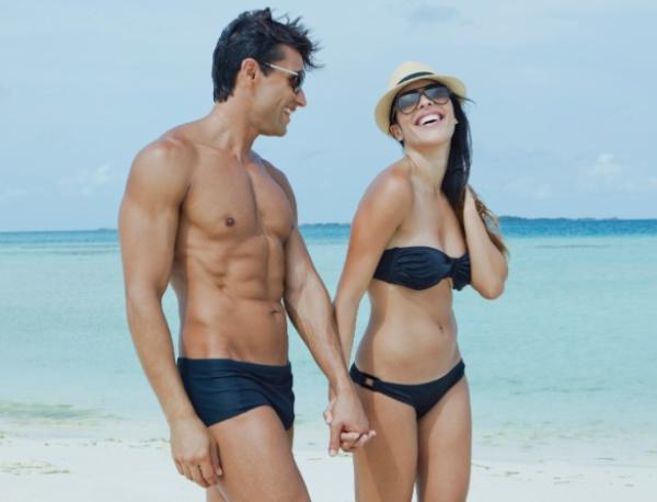 casal-na-praia-sunga-masculina-para-o-verao-1387219210333_615x470