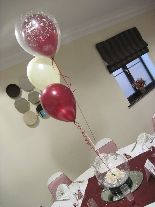 Large Goldfish Bowls with cream roses & balloon trios