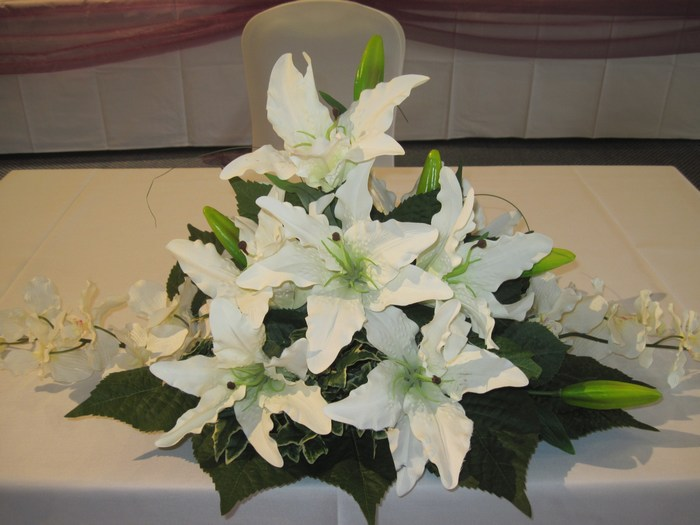 Top/civil table decoration in artificial lilies