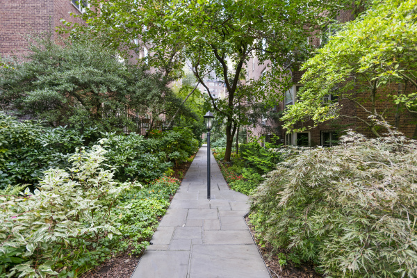 Tranquil gardens that connect the four buildings