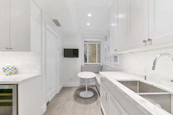 Kitchen features include a built-in Banquette