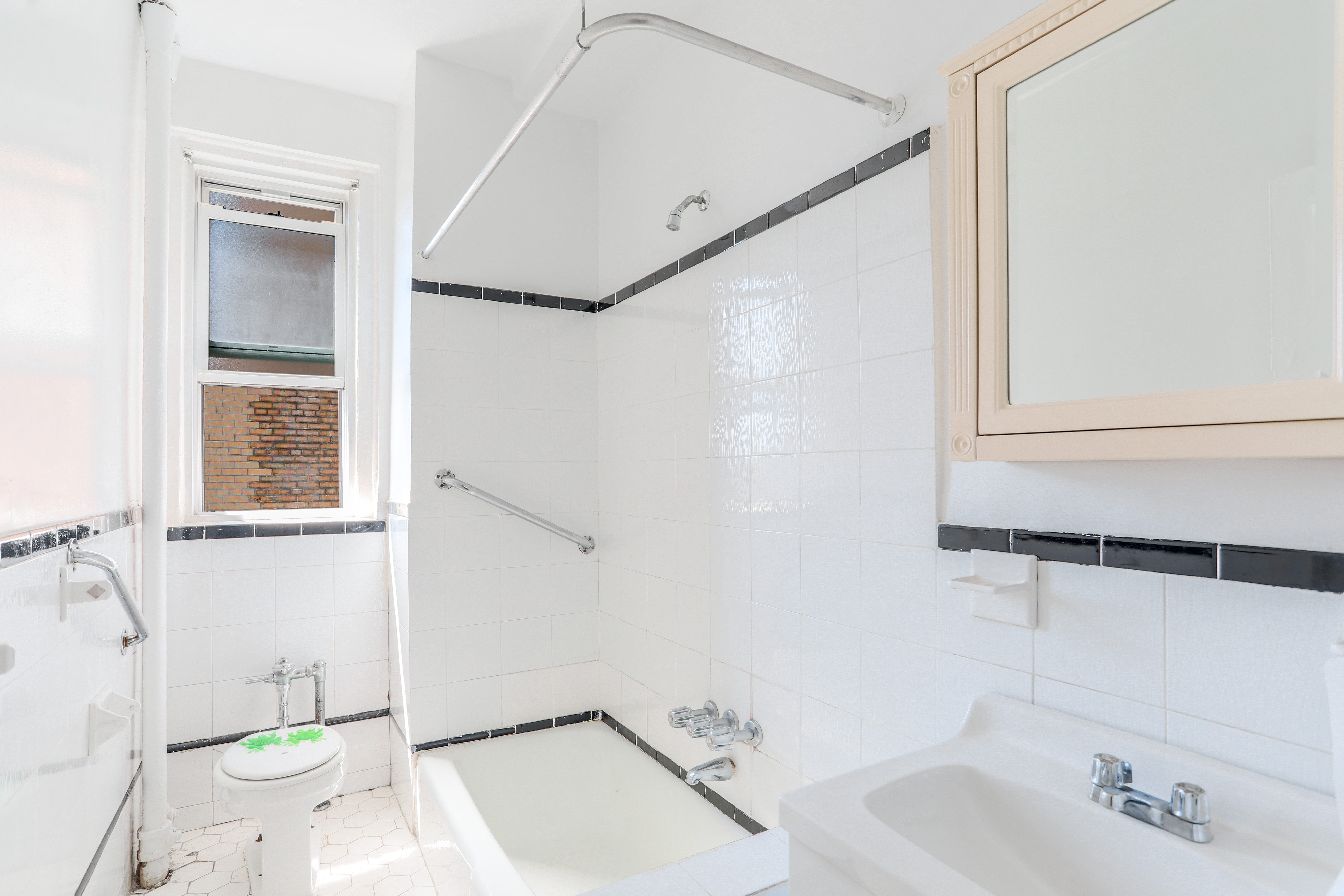 Full windowed bathroom