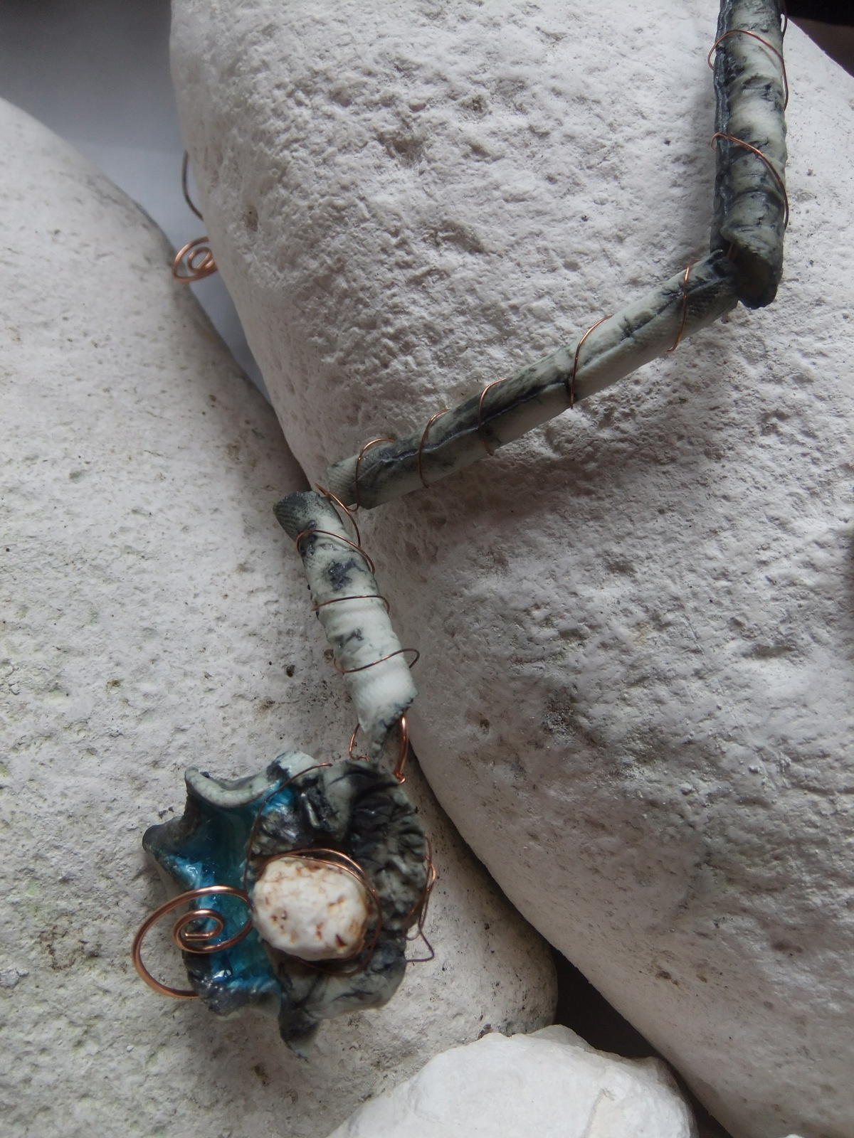 Porcelain necklace with glass