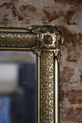 Antiek vergulde spiegel la folie antiek den bosch 's-Hertogenbosch noord-brabant nederland wijn in de stad binnenstad binnen dieze 19e eeuw 20e eeuw  om 1900 Frankrijk kroonluchters spiegels industriele lampen brocante