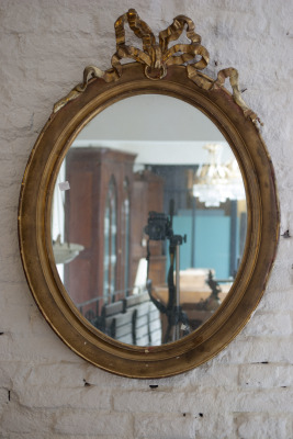 antieke spiegel goud met strik la folie antiek den bosch 's-hertogenbosch antieke vergulde grote spiegel noord-brabant kroonluchters industrial design industriele lampen la folie antiek spiegel mooie grote spiegel grandiose prachtige spiegel enorme speciale spiegels deze spiegel is echt gaaf wat een spiegel