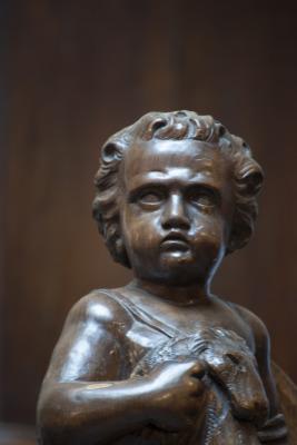 antiek houten beeld grenen beeld strijdende putto 19e eeuw la folie antiek den bosch