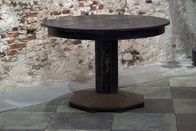 Antieke ronde houten tafel la folie antiek den bosch 's-hertogenbosch vintage tafel zwart round black vintage table strong sturdy round antique table