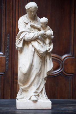madonna met kind vlaanderen 1800 lindenhout antiek katholiek beeld la folie antiek nederland den bosch 's-hertogenbosch 18e eeuw kalkstenen standbeeld antique old statue vergin marry madonna with child