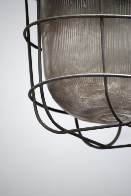 Industriele lamp met vlakke kap en kooi nederland noord brabant den bosch la folie antiek