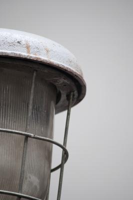 Industriele lamp met vlakke kap en kooi nederland noord brabant den bosch la folie vintage