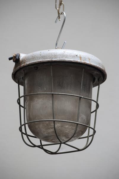 Industriele lamp met vlakke kap en kooi nederland noord brabant den bosch la folie antiek vintage
