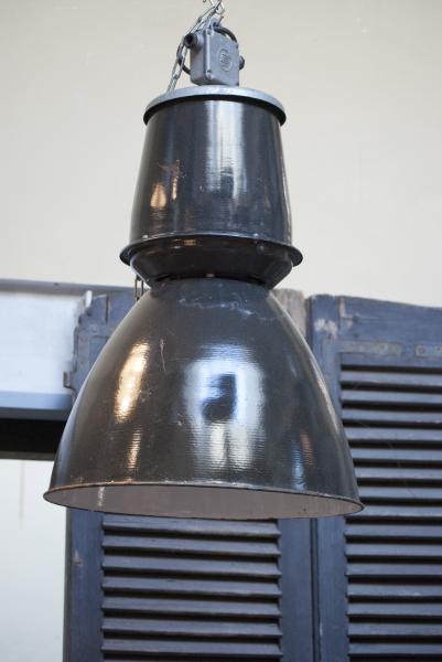 grote geemailleerde zwarte indusrieele lamp trompetlamp la folie antiek brocante vintage