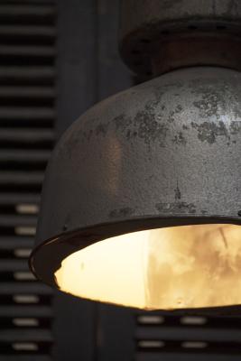 grote geemailleerde zwarte indusrieele lamp trompetlamp la folie antiek brocante vintage roestig stoer authentiek