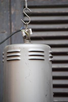 grote geemailleerde zwarte indusrieele lamp trompetlamp la folie antiek brocante vintage roestig stoer authentiek blikken kap