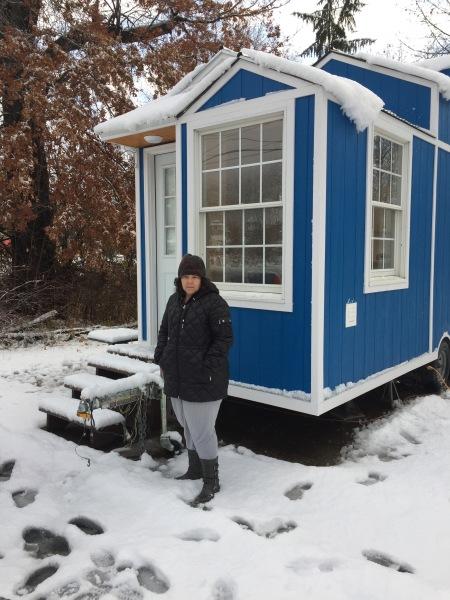 ¿Dejarías todo para vivir en una casita de 130 pies cuadrados?