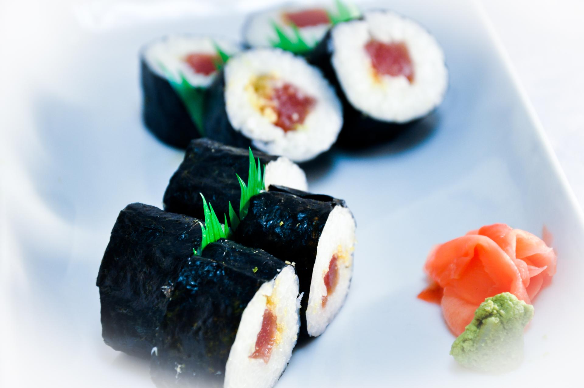 Tuna Roll (Nori Outside)