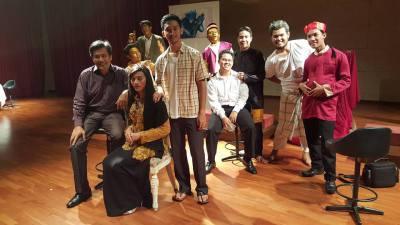 Aslam @ Taukeh @ Pengarah teater serta sebahagian daripada pelakon