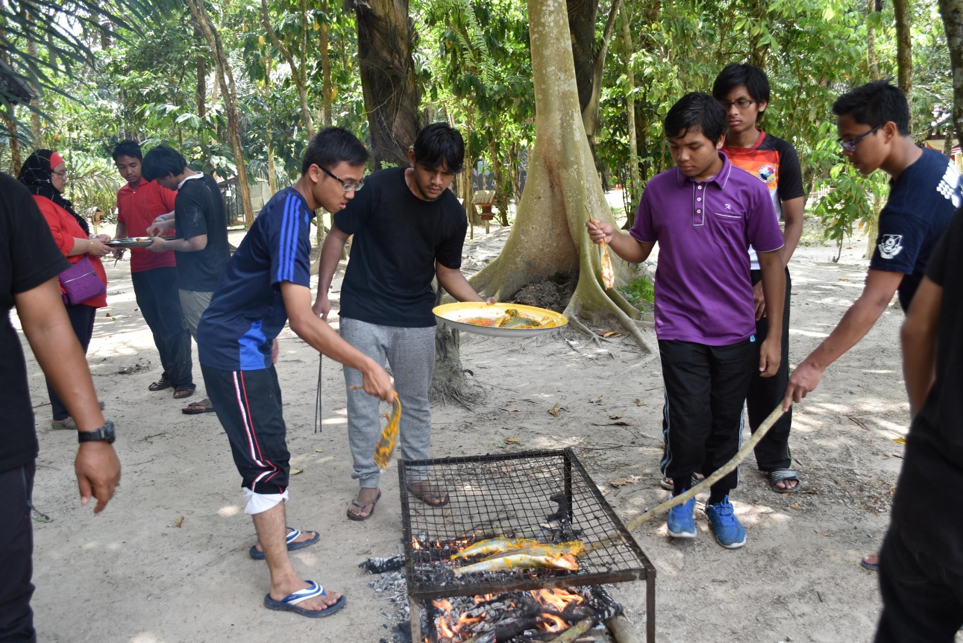Membakar ikan keli