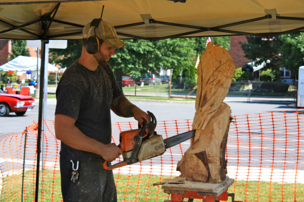 Chain saw sculptor