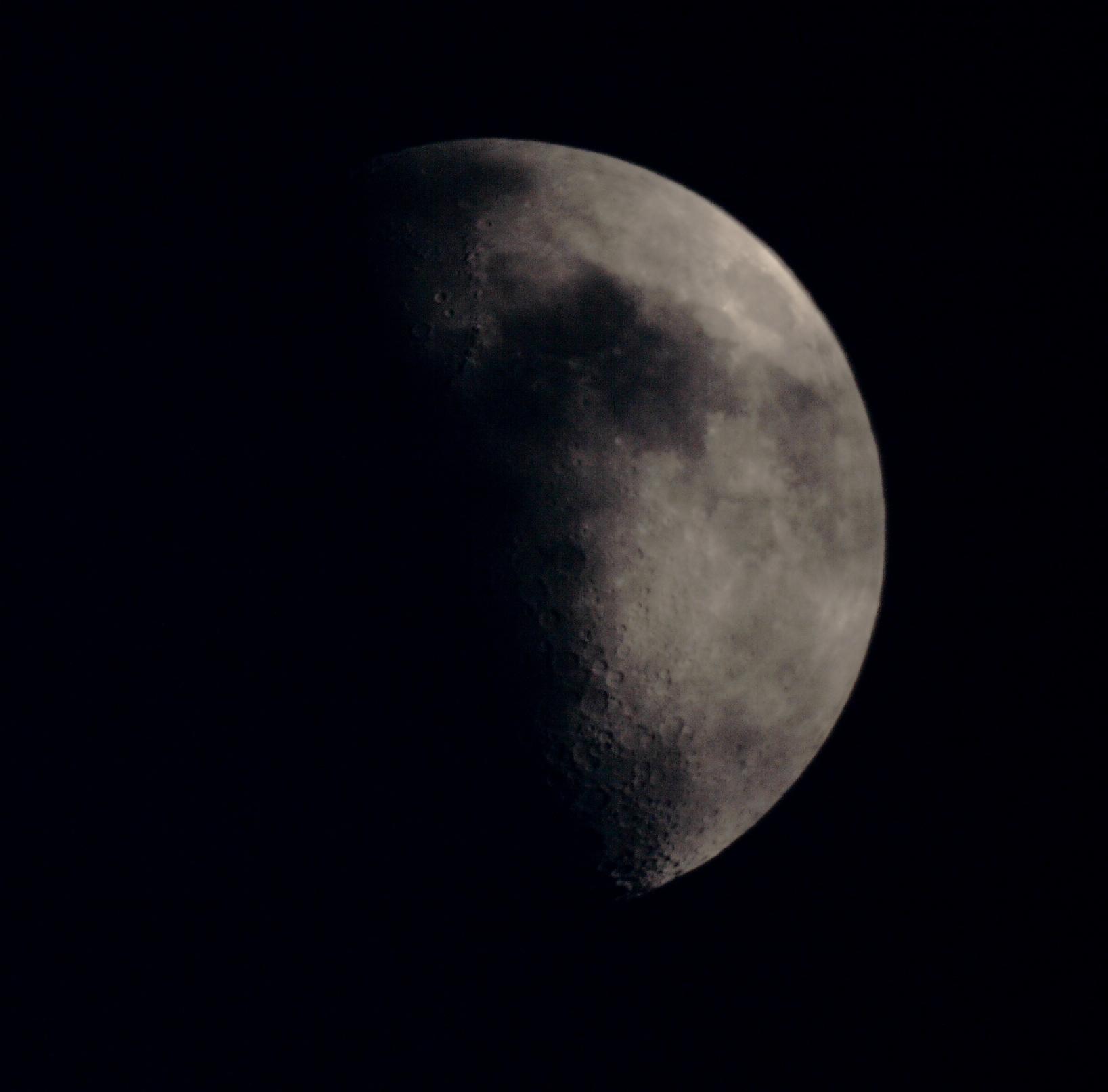 Luna eclipsada por velo de nubes