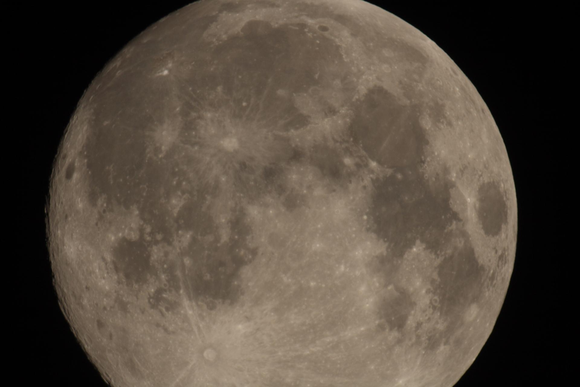 Luna fotografiada con DSLR Canon 400D Barlow 2x sobre SW 150/750.