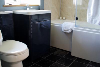 High gloss bath with power shower