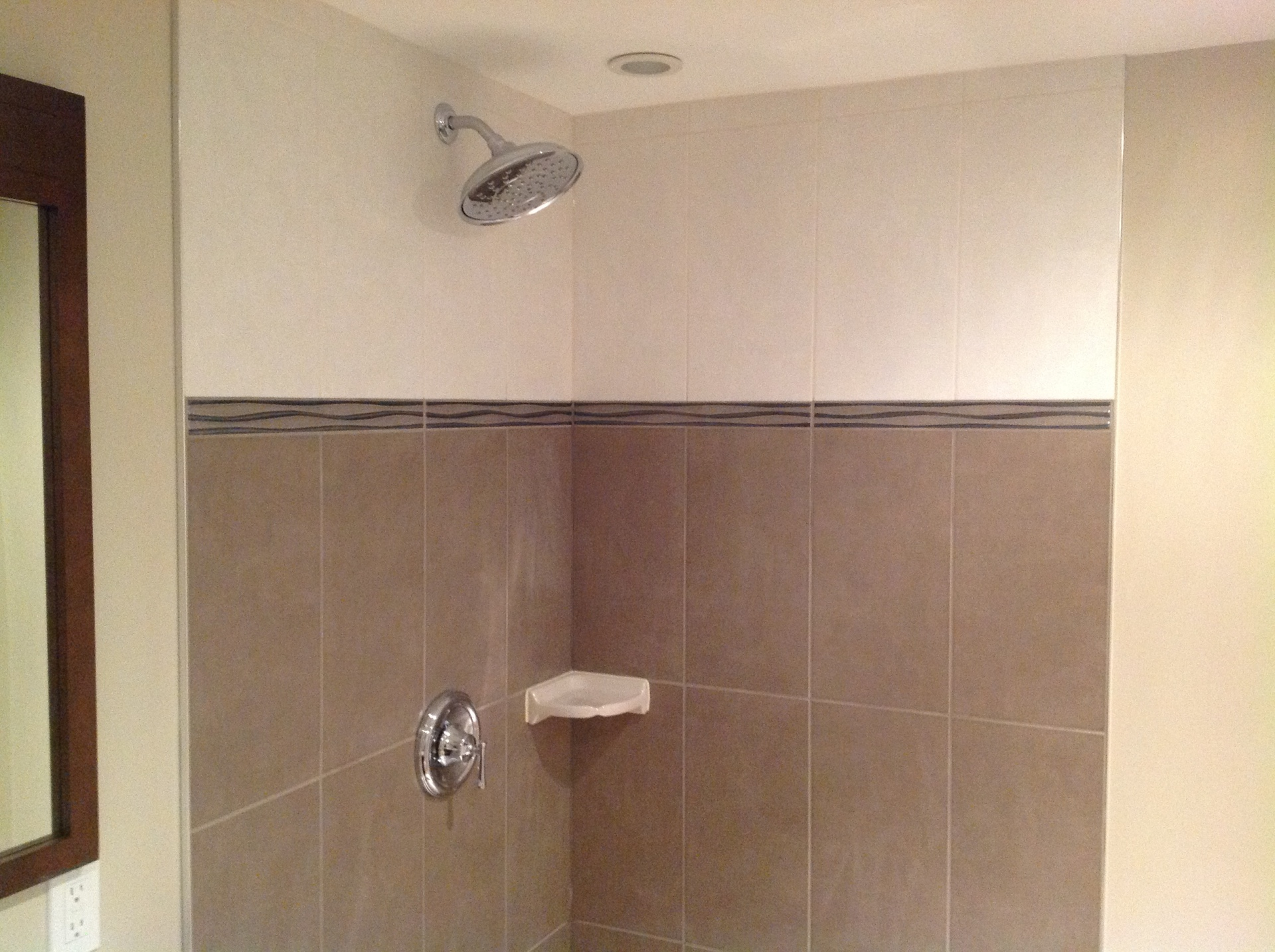 Porcelain shower with white and gray tiles