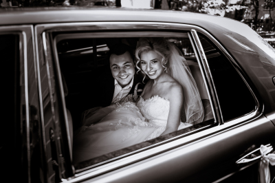 Wedding couple in Bentley