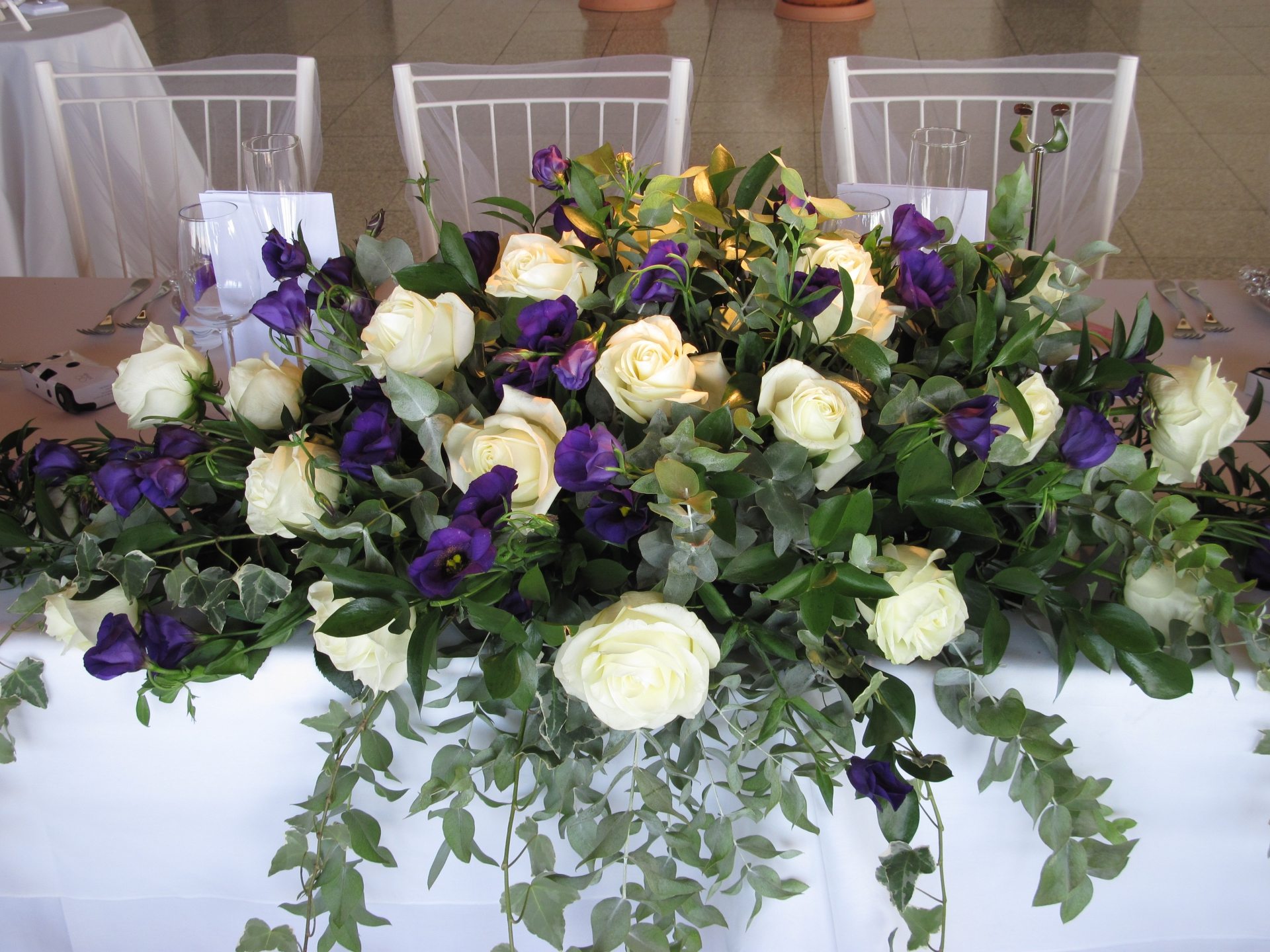 white & purple top table decoration