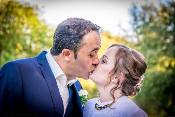 visualise photography wedding couple kissing