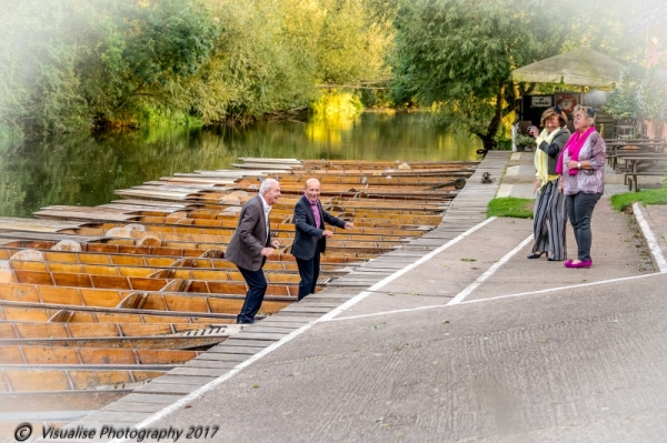 wedding photographer in oxfordshire, the cherwell boathouse, wedding guests in a punt
