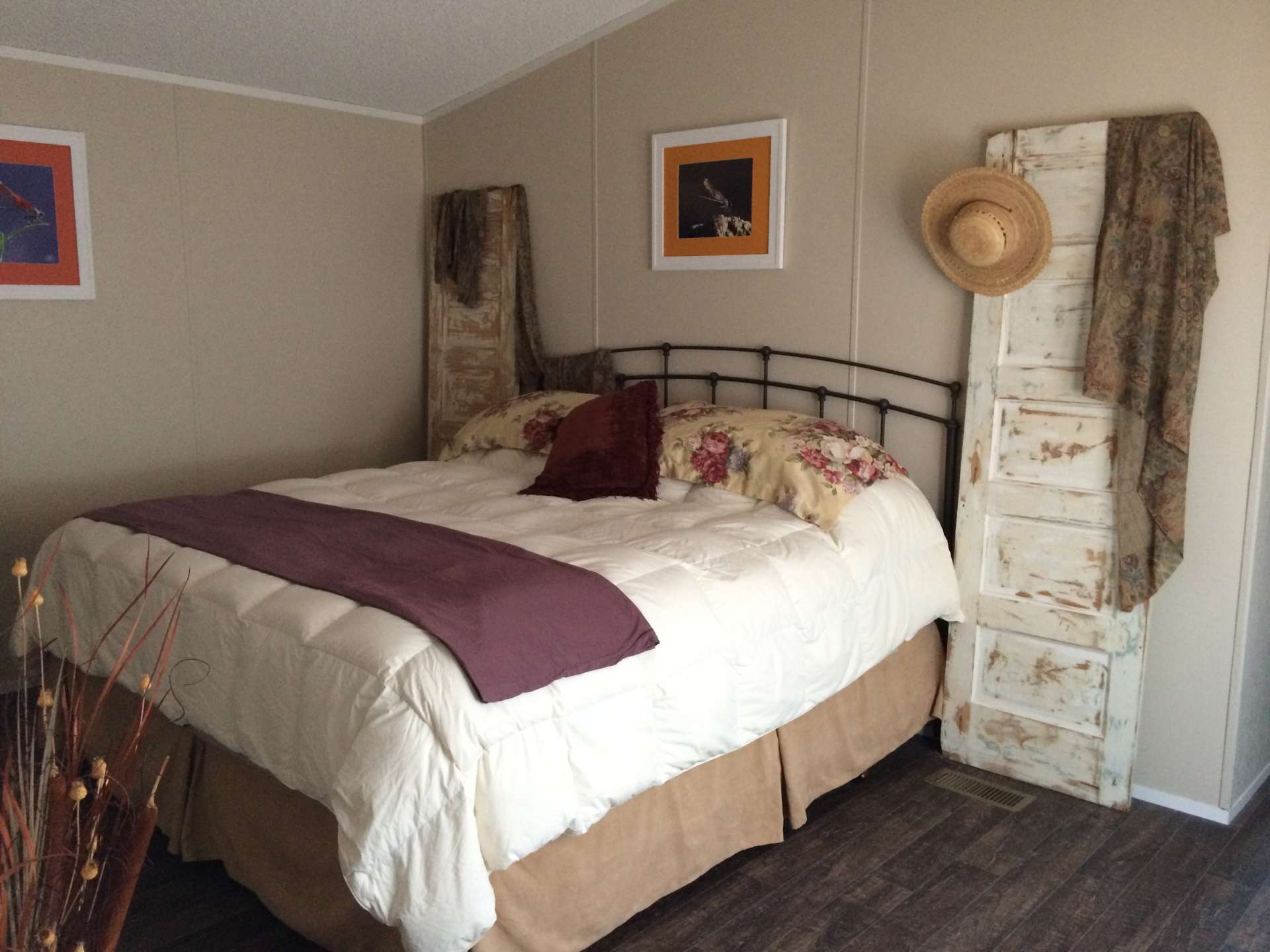 cabin master bedroom, king size room, cabin lodging