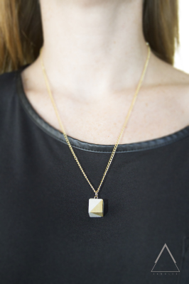Short single pendant necklace