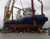 Lifting Tug Onto Vessel