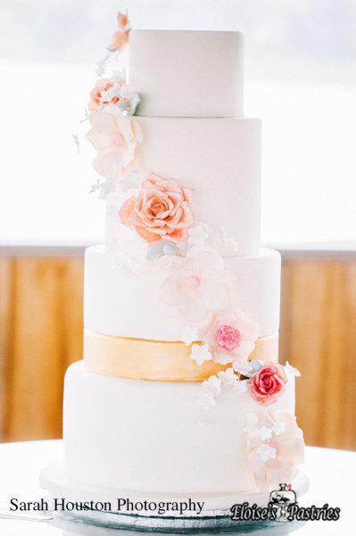 wedding cake with flowers, wedding cake with sugar flowers, white and gold wedding cake, modern and elegant wedding cake