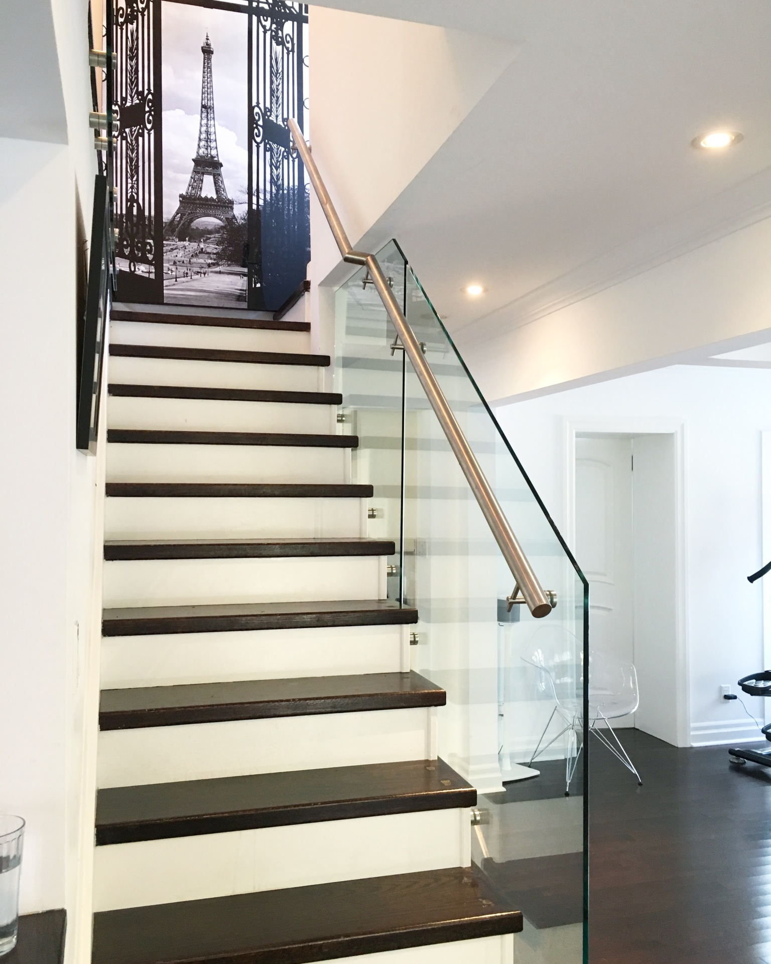 Glass railing handrail