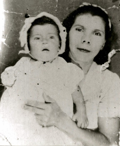 1944 photograph - Maria Moreno Salinas and daughter Maria Norfelia Perales