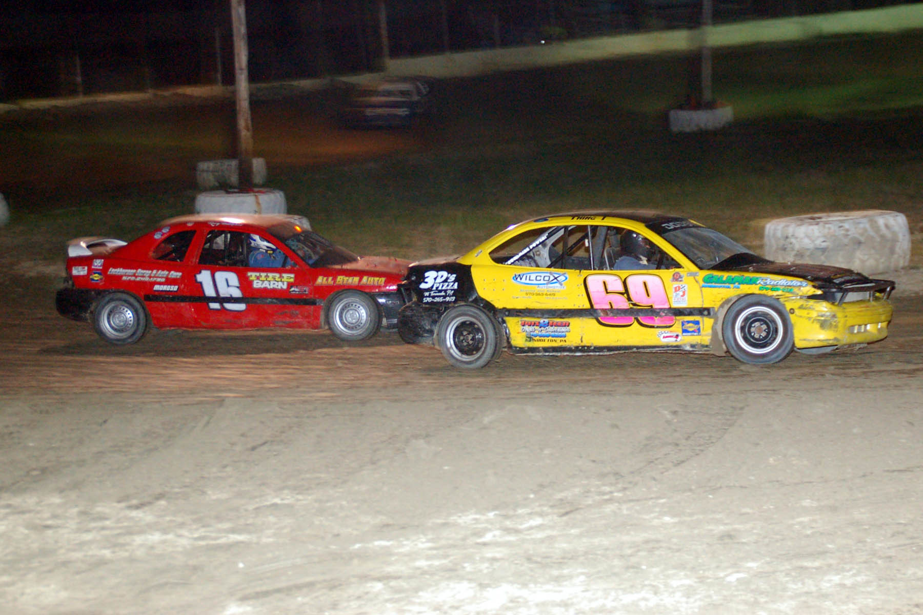 Kenny Underwood looks to the inside of leader Burt Maynard