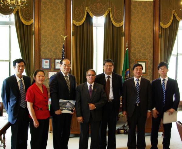 美亚教育总裁曾燕(左二)带领中国校长代表团拜访华盛顿州副州长Brad O.
